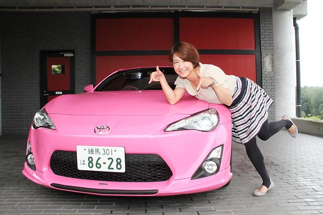 TOM'S ピンク86(通称:ピンパチ)と自動車評論家の今井優杏さん
