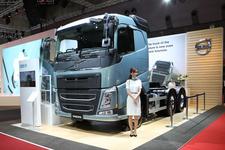 安全に妥協なし!2014年インターナショナル・トラック・オブ・ザ・イヤー受賞の「ボルボFH 6×4トラクター」【TMS2015】