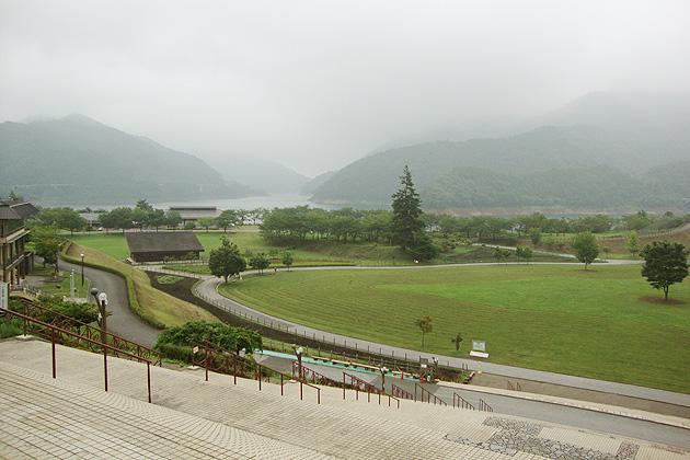 霧が立ち込める宮ヶ瀬ダム