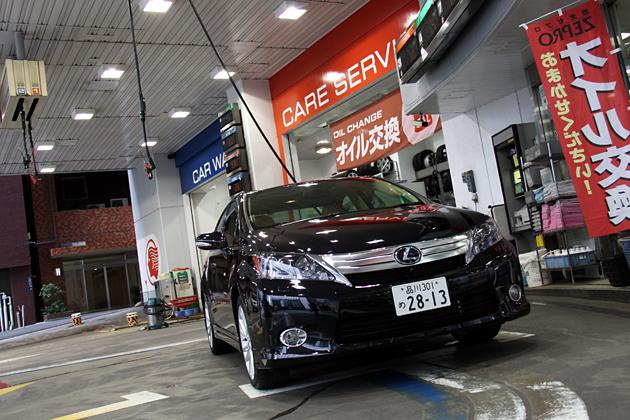 ガソリンスタンドにて給油中のレクサス HS250h