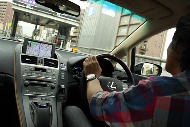 レクサス HS250hを運転する金子浩久氏