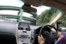 七滝ループ橋付近を運転中の金子浩久氏