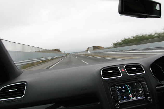 上信越自動車道を走行するゴルフGTI
